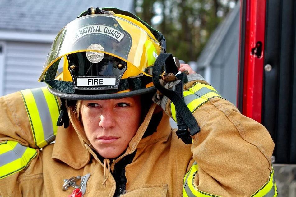 женщина-пожарный