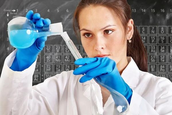 женщина-химик