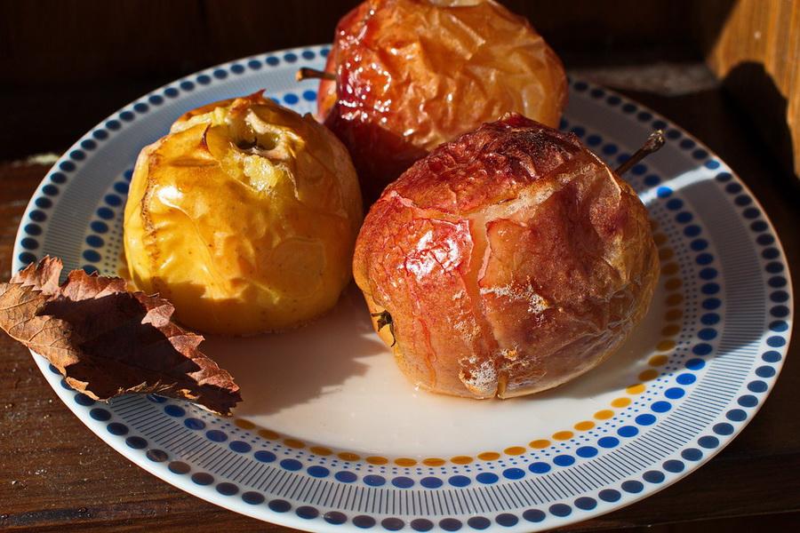 Как запечь яблоки в микроволновке: правила приготовления, подборка рецептов