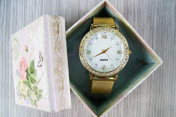 часы в подарок коллегам или начальнице